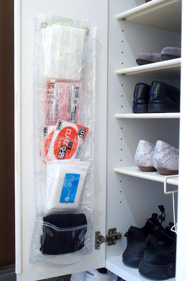 靴を履いたままでOK! 狭小玄関での忘れもの防止にSeriaのウォールポケットが活躍