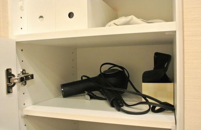 """洗面台の鏡裏収納、""""奥行きが浅く""""て""""使いにくい""""からこそ、あるモノの収納に最適でした!"""