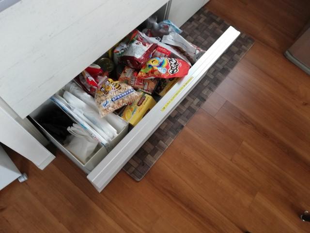"""かさばるお菓子のストックの収納場所を変えたら、""""食生活、家計、収納""""がスッキリ!"""