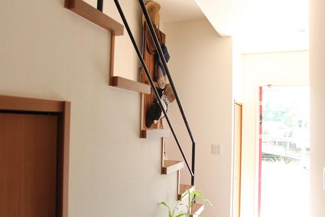 狭い玄関でもスッキリ!賃貸派にもオススメの突っ張り壁面ラック活用のポイント