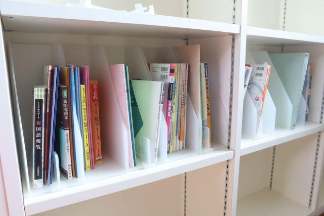 ファイルボックス+100均「ドアポケット用仕切り」で、教科書収納を分けやすく、取り出しやすく