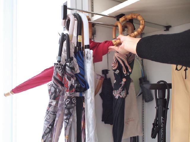 傘9本をコンパクトに収納! クローゼット用スライドコートハンガーで奥行きを活かす収納術