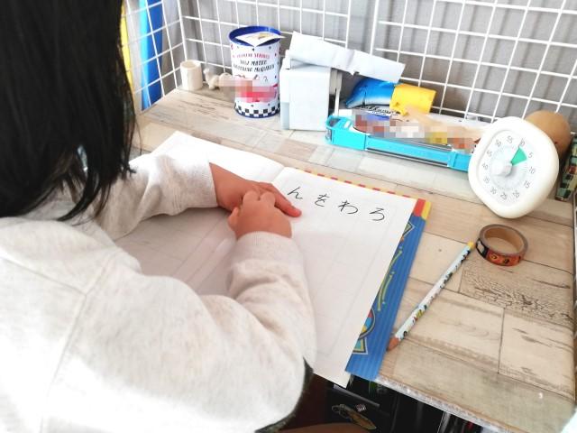 100均材料DIY!1,700円でできる工作デスクで散らかり防止。子どものケンカも減った効果とは?