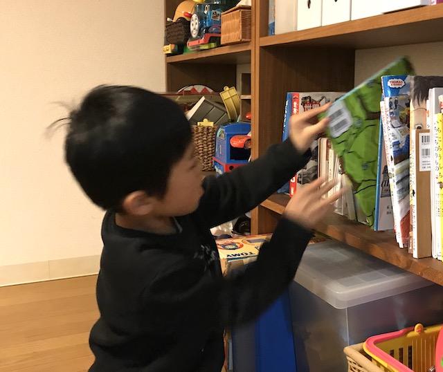片づけは子どもにおまかせ! 親子で楽しむ絵本の収納管理アイデア
