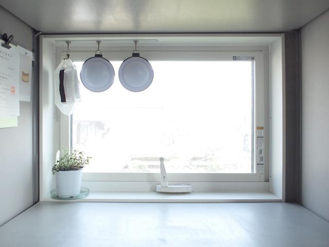 玄関やリビングにちょい掛け収納を!マグネットフックは家族の散らかし防止にも一役買います