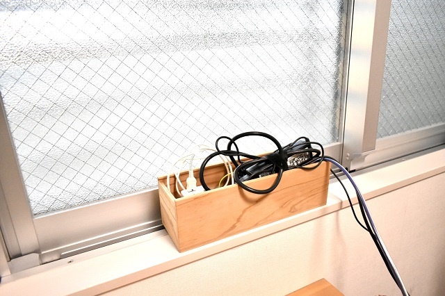 ごちゃつく充電スポットは、「ニトリ」のラタンバスケットでざっくり収納
