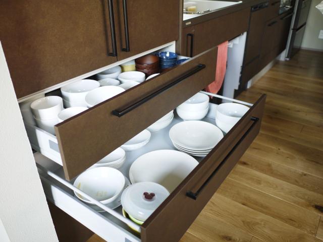 食器の数は4人家族で64枚! 大きな引き出し収納で一括管理