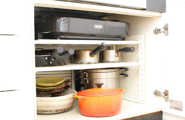 観音開きのシンク下収納は使いにくい? 収納グッズを使って鍋やフライパンを使いやすく快適収納へ