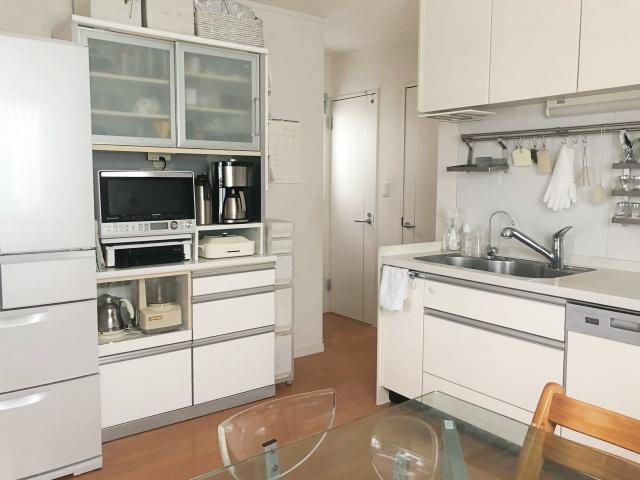 食器棚に使いやすく収納!キッチンの床置き・出しっぱなし問題を解決しよう