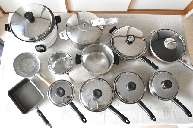 総数12個の鍋とフライパンのしまい方、使いやすく省スペースで収納する4つのコツ