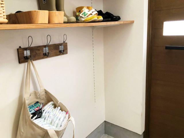 毎日の保育園の持ち物準備が玄関で完結!準備と片づけの動きが集まる場所が、ラクな収納をつくるポイント