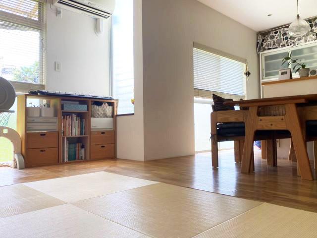 ソファなしで家族も来客もくつろげる狭小リビングの秘密は、低座ダイニングと畳リビング