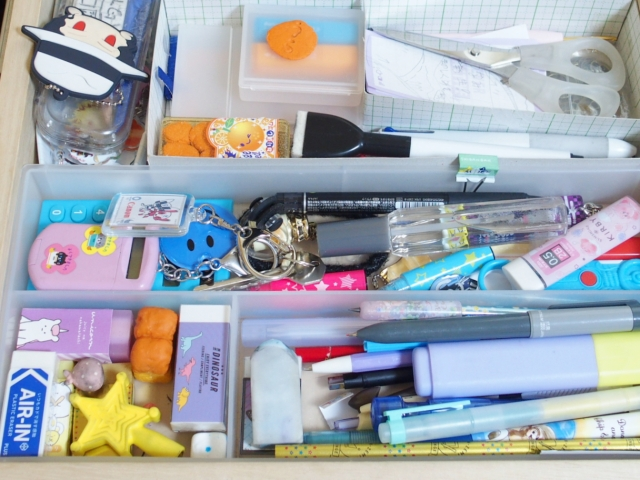 吊り下げシャツ収納やブック型ケースが大活躍!子どもと大人の文具ストック収納法