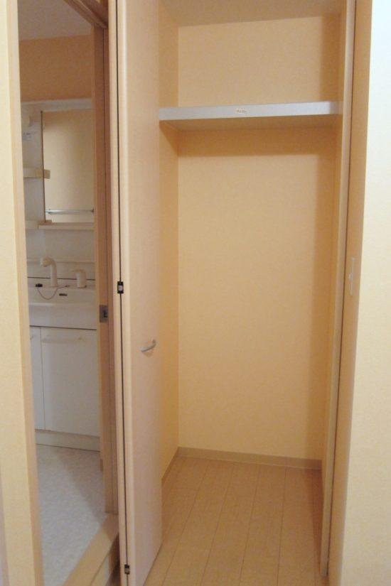 奥行きのある収納スペースは「引き出し収納+市販の棚」で奥行きも高さも活かしきる!