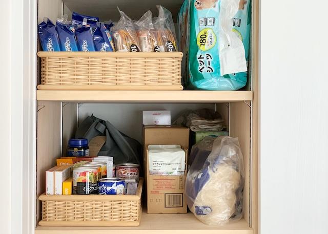 防災用品と備蓄は分散収納で安心を確保。リュックと自宅、そして車のトランクに
