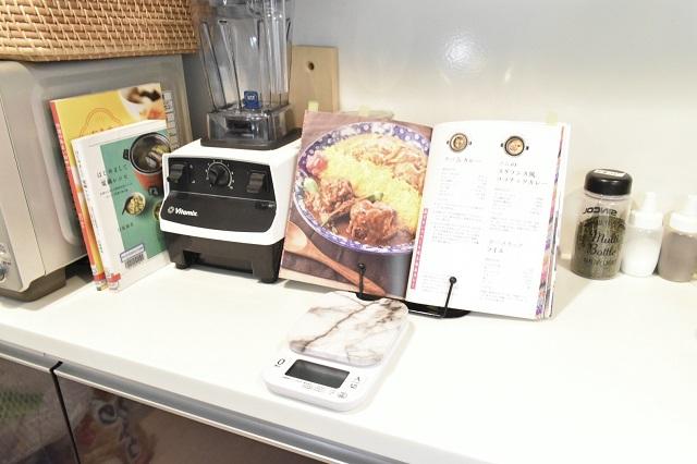 レシピは本で見たい派必見!「メタルブックレスト」を使えば、見やすくて両手が使える!
